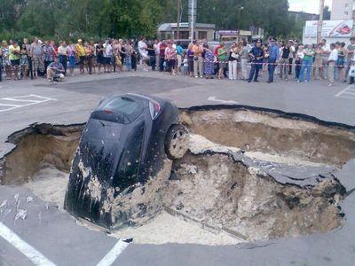ロシアの駐車場で沈んでいく車03