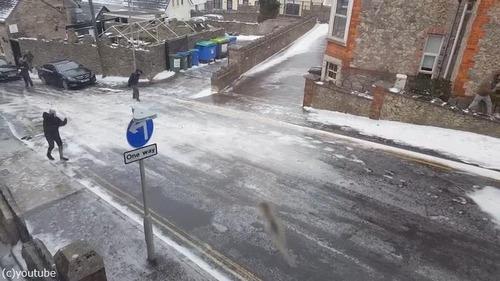 住宅街の路面が凍結した結果01