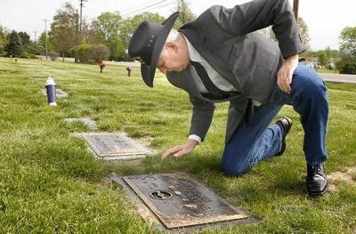 買っておいた墓地に自分の墓標が…埋葬されているのは誰?