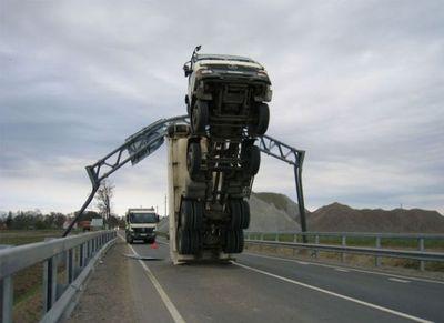 大型トラックがウイリー01