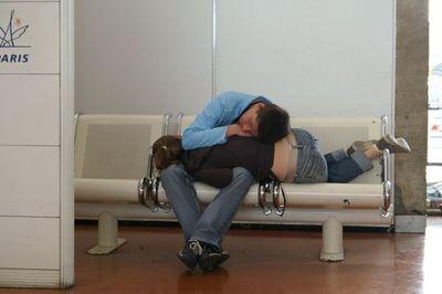 空港で眠りこける人々19