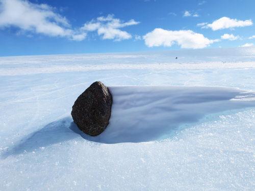 南極で隕石を見つけた01