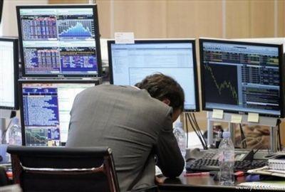 職場で嘆く男たち…金融危機の悲劇10