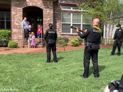 テネシー州の警官が子供たちにハッピバースデー00