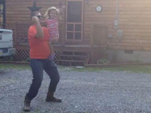 お父さんと娘の陽気なダンス01