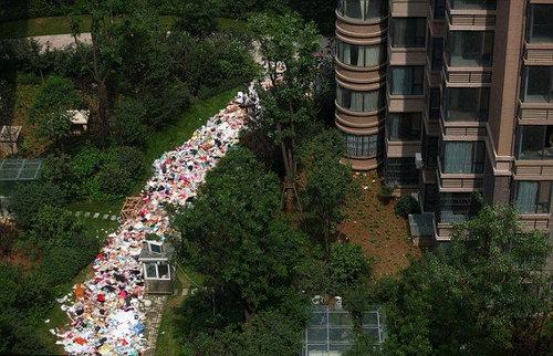 中国のマンションのまわりがゴミだらけ02