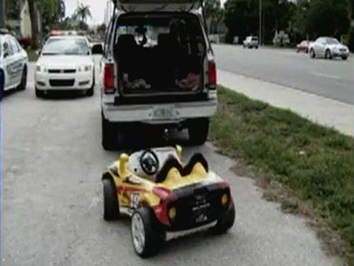 おもちゃの車をけん引00