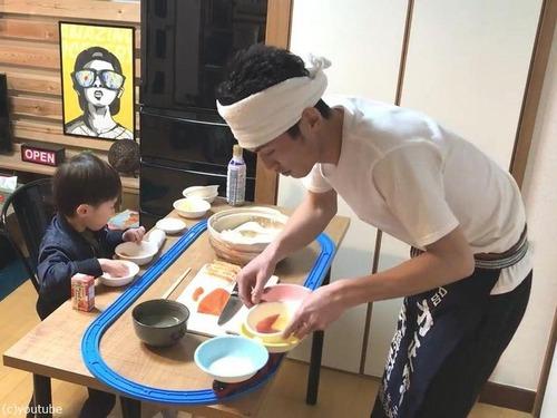 父親がプラレールの回転寿司を息子に作る01