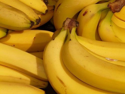 バナナの皮をピーラーでむく