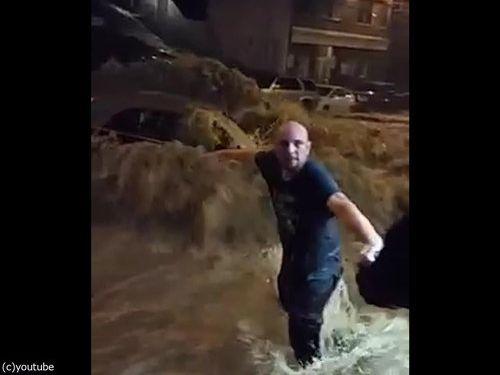 メリーランド州の大洪水、人間チェーンを作って人命救助04