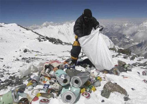 エベレストのゴミ01
