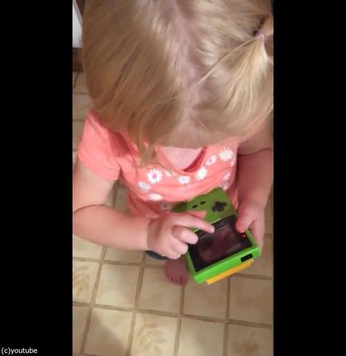 今どきの子どもがゲームボーイを初めて触ると04