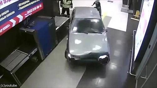ロシアの空港に車が突入、警備員との追いかけっこ03