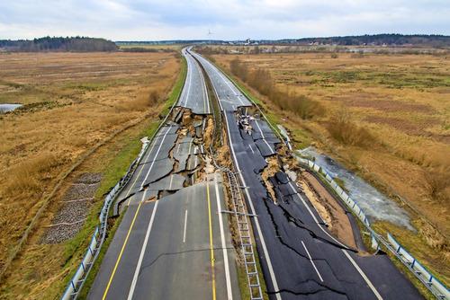 沼地に高速を作るとこういうことが起こる01