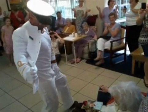 100歳おばあちゃんにストリッパー02