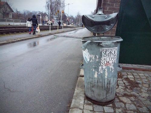 ブルガリアの街中に目玉シール03