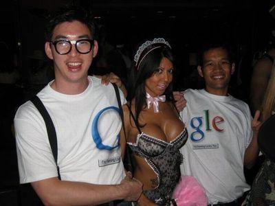 胸の大きな女性と肩を組めるTシャツ01