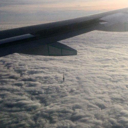 雲の上から見たCNタワー01