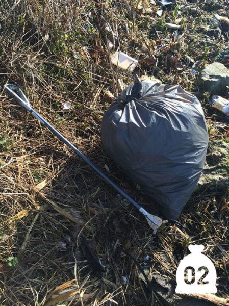オランダの川辺をゴミ掃除06
