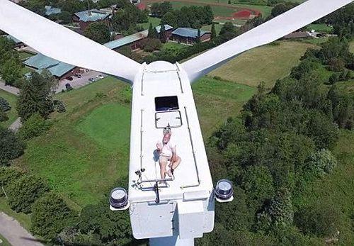 風力発電機の上で昼寝06
