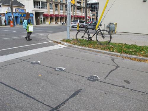 自転車で信号待ちしているときにつかまるスタンド01