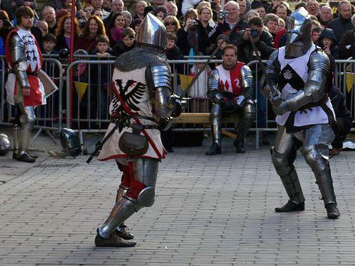 子供が中世の騎士のカブトをかぶると00