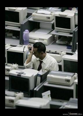 職場で嘆く男たち…金融危機の悲劇03