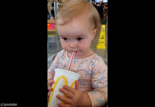 初めてコーラを飲んだ女の子01