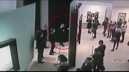 白昼堂々と美術館から絵画を盗む泥棒02