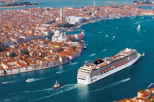 ベネチアの街中から豪華客船を見ると05