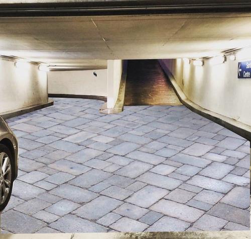 駐車場に奇妙な水たまり04