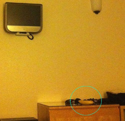 「ホテルが新しい薄型テレビを宣伝してた」02