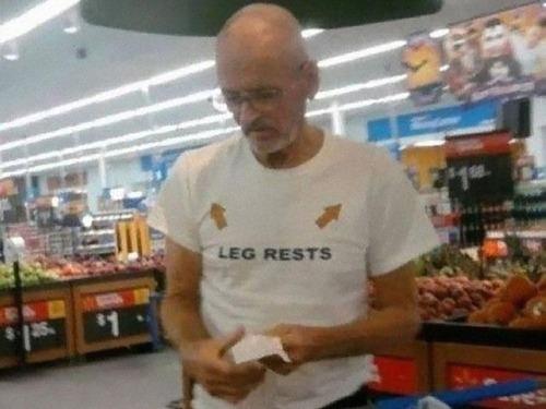 おもしろTシャツを着た老人たち01
