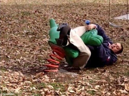 大人が公園の遊具で遊ぶべきではない理由04