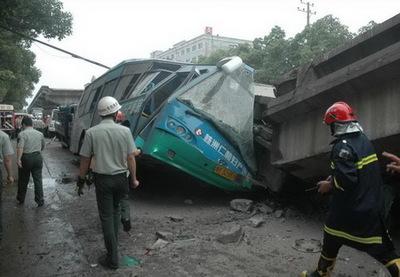 中国・高架橋事故07