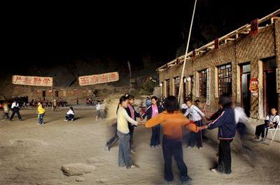 洞窟の中にある中国の小学校-休み時間2