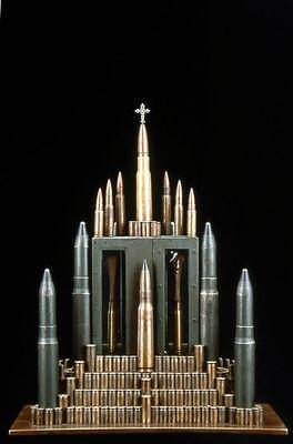 弾丸や銃で作った彫刻01