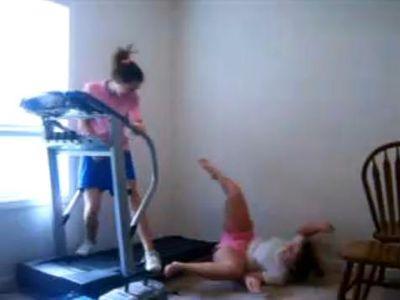ルームランナーですっ転ぶ少女