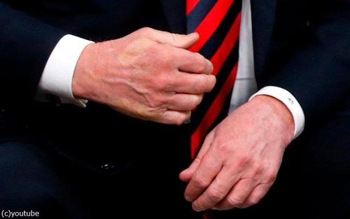 G7サミットのときのマクロン大統領と握手したトランプ大統領01
