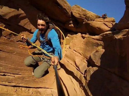 崖からロープ一本で飛び降り01