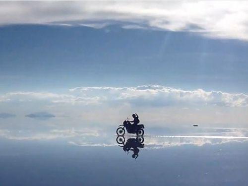 ウユニ塩湖をバイクで疾走