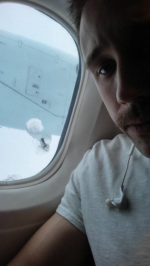 飛行機の窓にボルト01