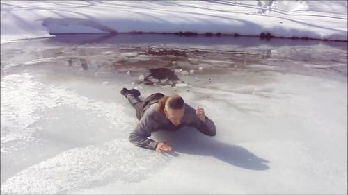 足元の氷が割れて落ちたときに這い上がる方法…15