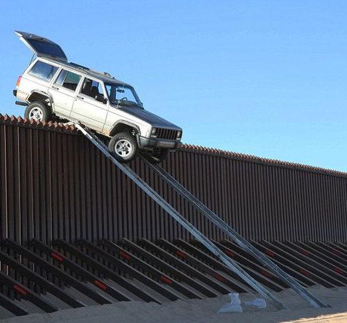 メキシコ国境のフェンスに車03