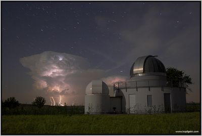 これが本物とは信じられない夜空と雲と稲妻の写真