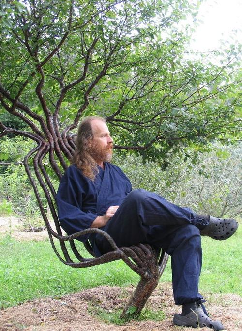 木をイスに育てた男01