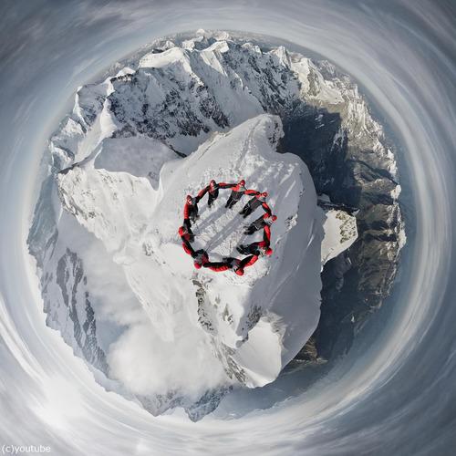 アルプスの山頂でドローンを飛ばす01