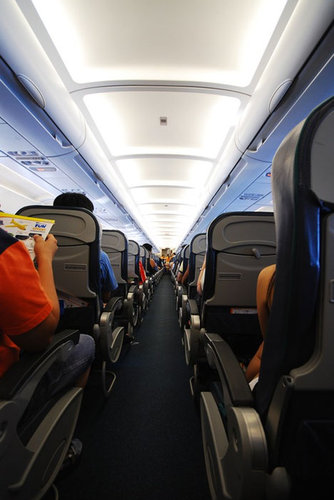飛行機は窓側の席27