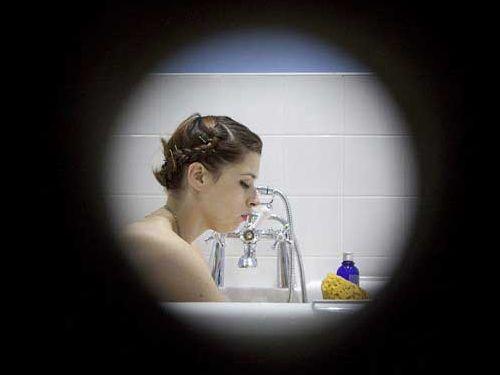 女性の入浴しているところを覗くアート01