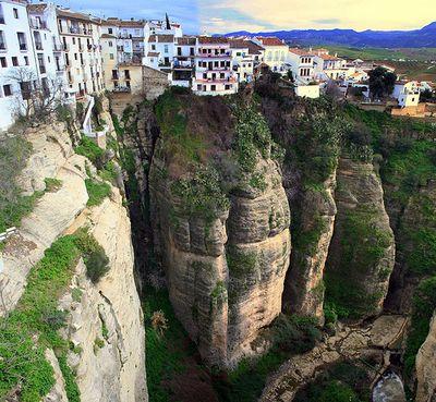 今にも落ちそうな断崖絶壁にある4つの町12